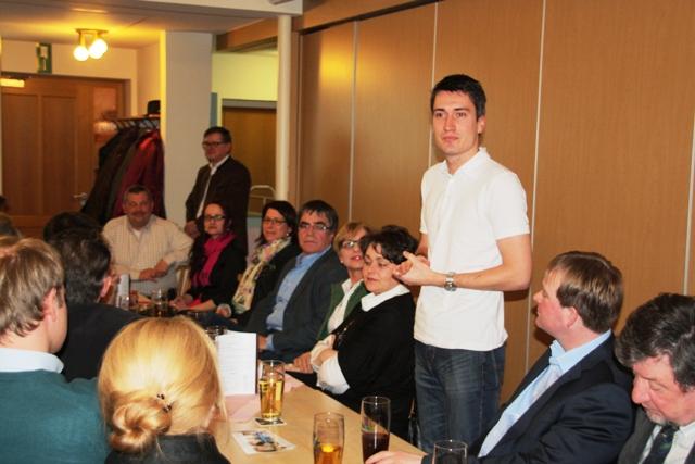 Jonathan Schädle bei seiner Vorstellung bei der Wahlversammlung in Wörnitzstein